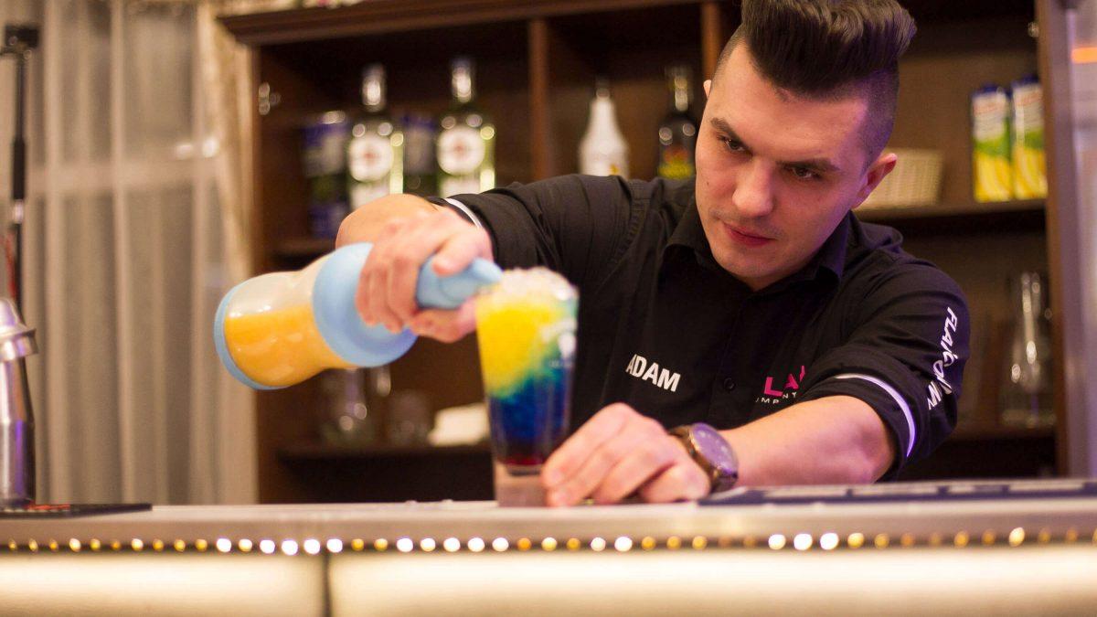 Przygotowanie drinka przez barmana